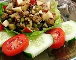 Салат из курицы и яблок Яблоки, Сельдерей, оливковое масло, Грецкий орех, Бальзамический уксус